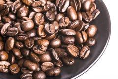 Granos de café en el plato Imagenes de archivo