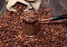 Granos de café en el pote de cobre Fotos de archivo libres de regalías
