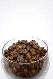 Granos de café en el tazón de fuente de cristal Foto de archivo