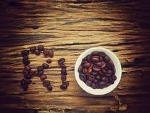 Granos de café en el texto RÍO fotografía de archivo libre de regalías