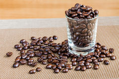 Granos de café en el tiro de cristal Foto de archivo libre de regalías