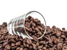 Granos de café en el tiro de cristal Imagenes de archivo