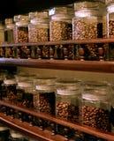 Granos de café en estantes de la tienda de comestibles Imagen de archivo