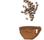 Granos de café en fondo aislado blanco Fotos de archivo