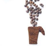 Granos de café en fondo aislado blanco Imagen de archivo