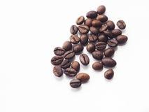 Granos de café en fondo aislado blanco Foto de archivo