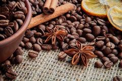 Granos de café en fondo de la arpillera Imagenes de archivo