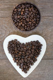 Granos de café en fondo de madera fotos de archivo