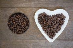 Granos de café en fondo de madera fotos de archivo libres de regalías