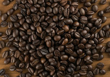 Granos de café en fondo de madera de la tabla Fotografía de archivo libre de regalías
