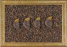Granos de café en fondo de madera en el marco en el centro el pan de jengibre de la mermelada de la opinión de sobremesa Foto de archivo libre de regalías