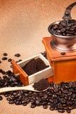 Granos de café en fondo del corcho Foto de archivo