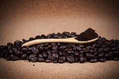 Granos de café en fondo del corcho Imagenes de archivo