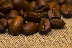 Granos de café en fondo del lino del vintage Imágenes de archivo libres de regalías