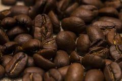 Granos de café en fondo del lino del vintage Foto de archivo