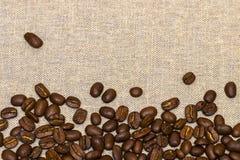 Granos de café en fondo del lino del vintage Imagen de archivo