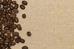 Granos de café en fondo del lino del vintage Fotografía de archivo libre de regalías