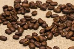 Granos de café en fondo del lino del vintage Foto de archivo libre de regalías