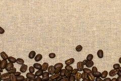 Granos de café en fondo del lino del vintage Imagen de archivo libre de regalías