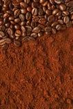 Granos de café en fondo del polvo del café imagenes de archivo