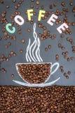 Granos de café en fondo negro Imágenes de archivo libres de regalías