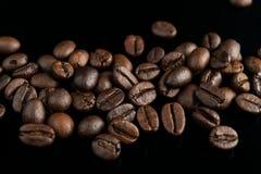 Granos de café en fondo negro Imagen de archivo libre de regalías