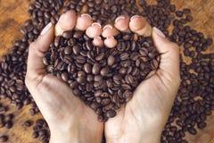 Granos de café en forma de corazón Fotos de archivo libres de regalías