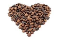 Granos de café en forma del corazón aislados en el fondo blanco Fotos de archivo
