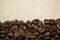 Granos de café en harpillera fotografía de archivo libre de regalías