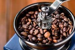 Granos de café en la amoladora de café Imagen de archivo