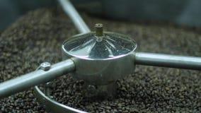 Granos de café en la amoladora Café fresco en máquina profesional del café Aroma, fondo metrajes