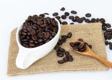 Granos de café en la cuchara Imagen de archivo libre de regalías