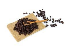 Granos de café en la cuchara fotografía de archivo libre de regalías