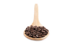 Granos de café en la cuchara de madera Fotos de archivo