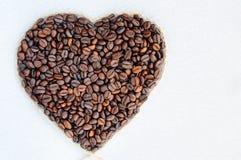 Granos de café en la dimensión de una variable de un corazón Fondo a partir del día del ` s de la tarjeta del día de San Valentín Fotografía de archivo libre de regalías