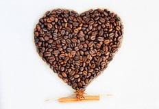 Granos de café en la dimensión de una variable de un corazón Fondo a partir del día del ` s de la tarjeta del día de San Valentín Foto de archivo
