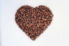 Granos de café en la dimensión de una variable de un corazón Fondo a partir del día del ` s de la tarjeta del día de San Valentín Fotos de archivo