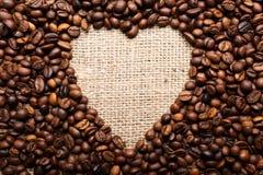 Granos de café en la dimensión de una variable del corazón Imagenes de archivo