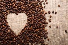 Granos de café en la dimensión de una variable del corazón Fotografía de archivo