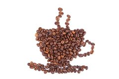 Granos de café en la forma de la taza aislada en blanco fotos de archivo libres de regalías