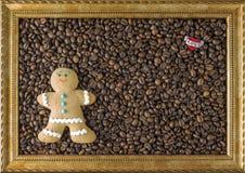 Granos de café en la imagen de madera del marco del fondo, corazón la opinión de sobremesa Concepto el bollo La inscripción te am Foto de archivo