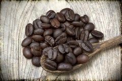 Granos de café en la madera Fotos de archivo