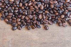 Granos de café en la madera Fotografía de archivo