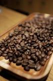 Granos de café en la madera imagen de archivo libre de regalías