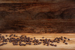 Granos de café en la madera rústica Fotografía de archivo libre de regalías