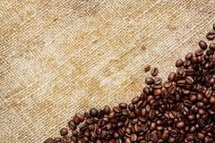 Granos de café en la materia textil tradicional del saco Fotos de archivo