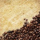 Granos de café en la materia textil tradicional del saco Foto de archivo libre de regalías