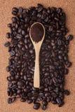 Granos de café en la opinión superior del fondo del corcho Fotos de archivo