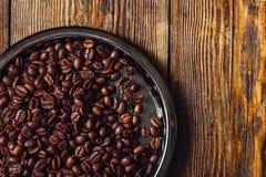 Granos de café en la placa fotos de archivo