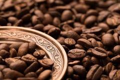 Granos de café en la placa de cobre redonda Fotografía de archivo